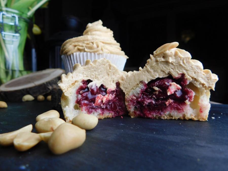Erdnuss-Cupcakes mit Sauerkirsch-Füllung